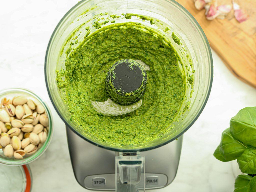 Recept voor zelfgemaakte pesto met pistache noten in een Magimix keukenmachine