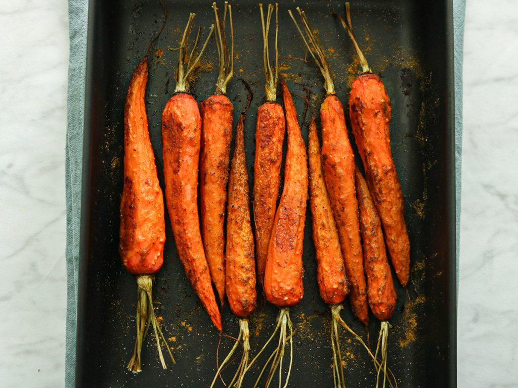 Recept voor zoet geroosterde kruidige wortels met kerrie kruiden