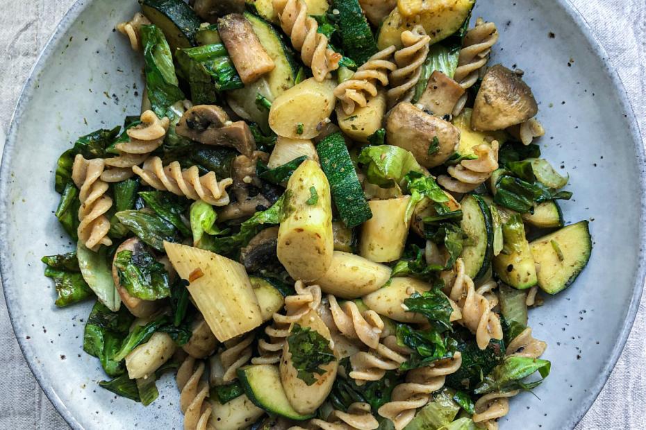 Recept coor pasta pesto met witte asperges, courgette, champignons. Makkelijk en snel recept voor een gezonde vegan pasta.
